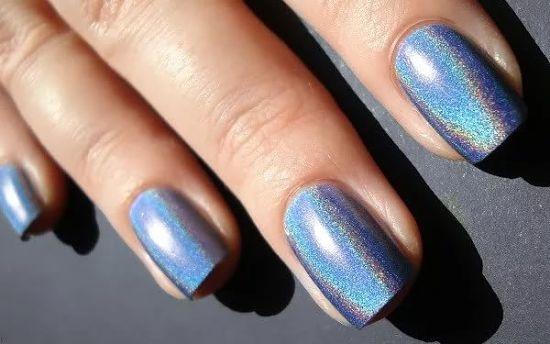Голубые ногти с зеркальной втиркой