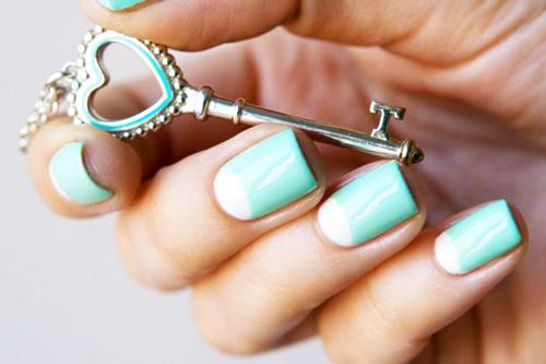 Круглые лунки на ногтях