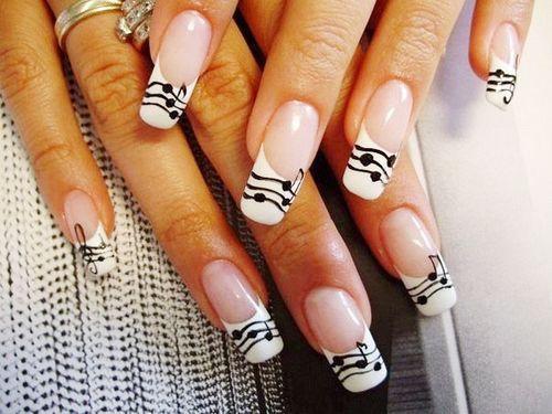 Нарощенные ногти с узорами нот