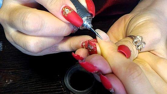 Обработка кутикулы перед коррекцией ногтей