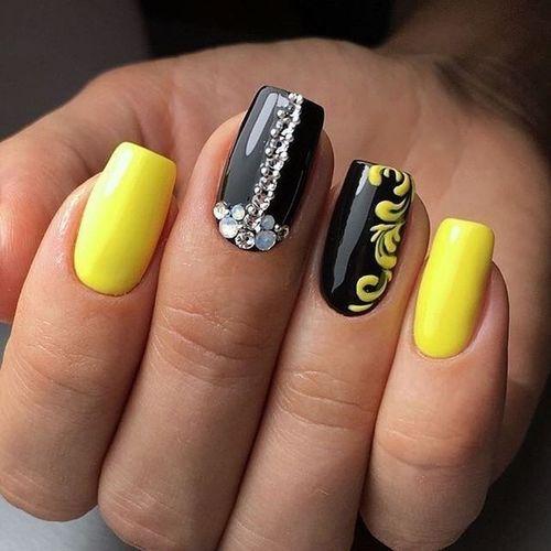 Желтый маникюр в сочетании с черным