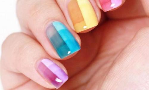 Витражный разноцветный маникюр