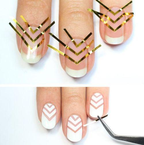 Наклеивание ленты на ногти