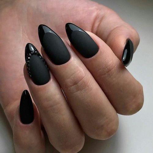 Черный матовый  маникюр на острые ногти